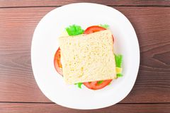 Panino con il prosciutto, il formaggio ed il pomodoro Fotografia Stock Libera da Diritti
