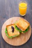 Panino con il prosciutto, il formaggio, i pomodori e la lattuga Immagini Stock