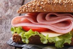 Panino con il prosciutto, il formaggio, la lattuga ed i pomodori Fotografia Stock
