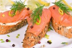 Panino con il salmone affumicato Fotografie Stock