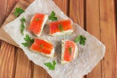 Panino con il salmone e burro e spezie salati Fotografia Stock Libera da Diritti