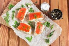 Panino con il salmone e burro e spezie salati Fotografie Stock Libere da Diritti