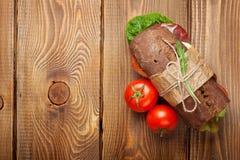 Panino con insalata, il prosciutto, il formaggio ed i pomodori Immagine Stock Libera da Diritti