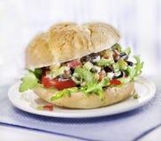 Panino con insalata servita Fotografie Stock Libere da Diritti