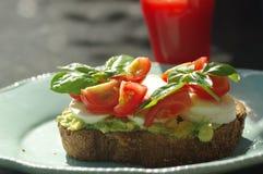 Panino con l'avocado ed il pomodoro Fotografie Stock Libere da Diritti