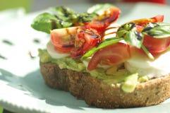 Panino con l'avocado ed il pomodoro Fotografie Stock