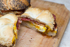 Panino con l'uovo e la pancetta affumicata Fotografia Stock