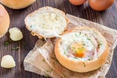 Panino con l'uovo, il formaggio ed il bacon Prima colazione calda fotografie stock libere da diritti