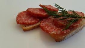 Panino con la fucilazione lenta del salame della salsiccia, prezzemolo stock footage