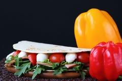 Panino con la mozzarella e gli ortaggi freschi Immagine Stock