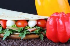 Panino con la mozzarella e gli ortaggi freschi Fotografie Stock