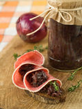 Panino con la salsiccia e la caramella delle cipolle Fotografie Stock Libere da Diritti