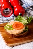 Panino con la salsiccia vegetariana affettata fotografie stock libere da diritti