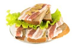Panino con le fette, l'insalata e la senape del bacon sul pane di segale sulla a Immagini Stock Libere da Diritti