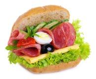 Panino con le olive ed i pomodori delle cipolle dei cetrioli dell'insalata dell'uovo del formaggio del salame Fotografia Stock Libera da Diritti