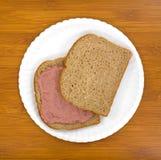 Panino conservato in vaso della carne sul piatto Fotografie Stock
