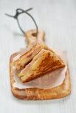 Panino cotto del formaggio con il prosciutto fotografia stock libera da diritti