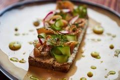 Panino danese di Smorrebrod con il pesce di color salmone fotografia stock libera da diritti