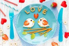 Panino degli uccelli di amore dal pancake con crema e la fragola Fotografia Stock