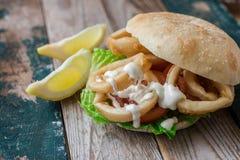 Panino dei calamari sul panino Fotografie Stock