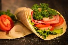 Panino dei verdi degli ortaggi freschi della lattuga e della carne affumicata fotografia stock libera da diritti