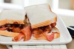Panino del bacon e della salsiccia fotografie stock libere da diritti