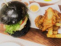 Panino del carbone dell'hamburger della carne di maiale e servito con la salsa francese del friesand della patata in piatto fotografia stock libera da diritti