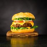 Panino del cheeseburger su fondo scuro Fotografie Stock
