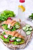 Panino del croissant con formaggio e le verdure per lo spuntino, la carta del mestiere ed il fondo sani di verdi Alimento di esta Immagine Stock Libera da Diritti