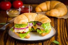 Panino del croissant con il pollo, verdure, formaggio, pomodoro, oni fotografie stock