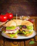 Panino del croissant con il pollo, verdure, formaggio, pomodoro, oni fotografia stock libera da diritti