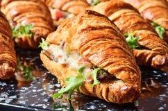 Panino del croissant dell'insalata di pollo fotografie stock libere da diritti
