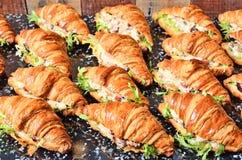 Panino del croissant dell'insalata di pollo fotografia stock