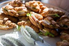 Panino del croissant del formaggio del prosciutto fotografia stock