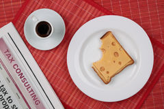 Panino del formaggio e una tazza di caffè nero Fotografia Stock