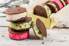 Panino del gelato con i biscotti della torta del whoopie Fotografia Stock Libera da Diritti