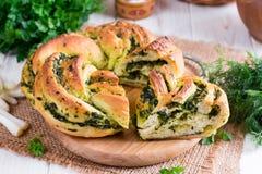 Panino del lievito con aglio e le erbe Fotografie Stock Libere da Diritti