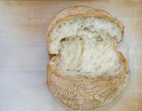 Panino del pane fresco sulla carta pergamena fotografia stock libera da diritti