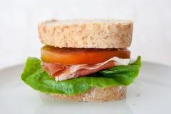 Panino del prosciutto, dei pomodori e della lattuga curati Fotografia Stock