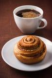 Panino del rotolo di cannella e cuf di caffè Fotografia Stock Libera da Diritti