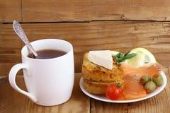 Panino del tè della prima colazione Immagine Stock