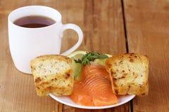 Panino del tè della prima colazione inglese con il salmone Immagine Stock