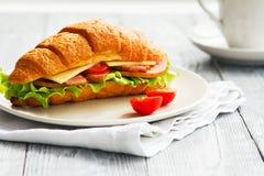 Panino delizioso del croissant del primo piano per la prima colazione ideale in una mattina immagini stock libere da diritti