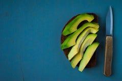 Panino dell'avocado sul pane di segale scuro Fotografia Stock Libera da Diritti