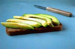 Panino dell'avocado sul pane di segale scuro Fotografie Stock