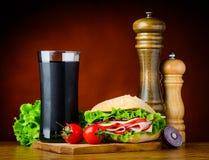 Panino dell'hamburger con cola e gli ingredienti Fotografia Stock Libera da Diritti