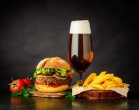 Panino dell'hamburger del manzo con birra Fotografia Stock Libera da Diritti