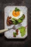 Panino dell'uovo fritto con i verdi sul pane Immagini Stock Libere da Diritti