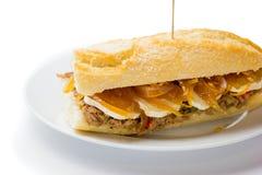 Panino della carne con il formaggio dolce di capra e della cipolla Alimento venezuelano Immagini Stock Libere da Diritti