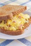 Panino della prima colazione dell'omelette del prosciutto Fotografia Stock Libera da Diritti
